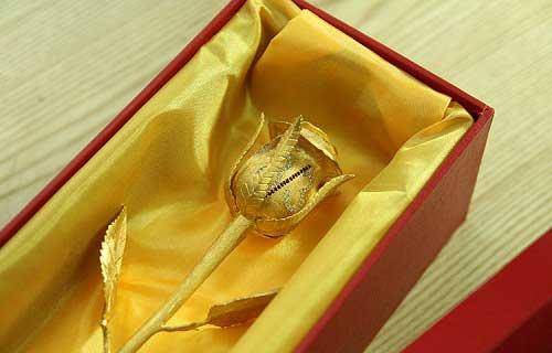 Quà tặng 8-3 bông hồng vàng