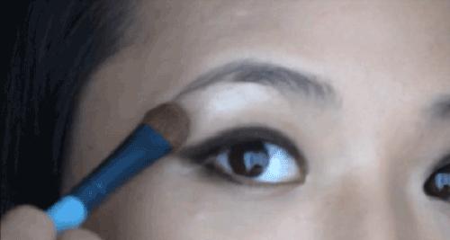 Cách trang điểm cho đôi mắt không đều