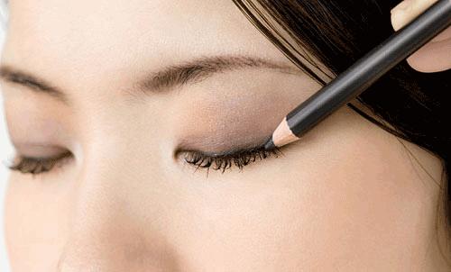Cách trang điểm cho mắt không đều