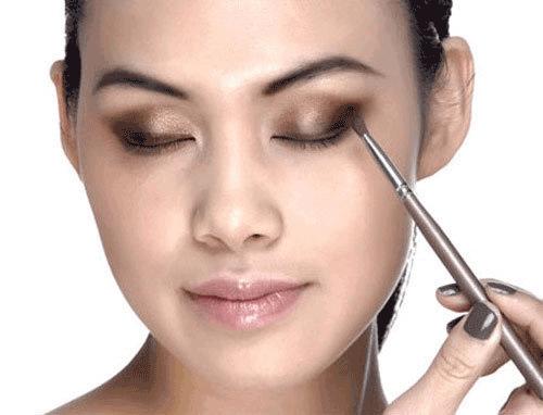 Cách trang điểm cho mắt lệch
